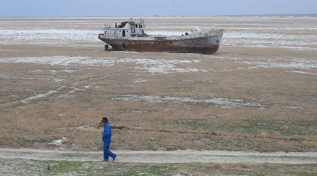 Navire échoué sur l'ancien rivage de la mer d'Aral, Kazakhstan, 2003, processus de désertification du au détournement amont de l'eau des fleuves pour l'irrigation agricole